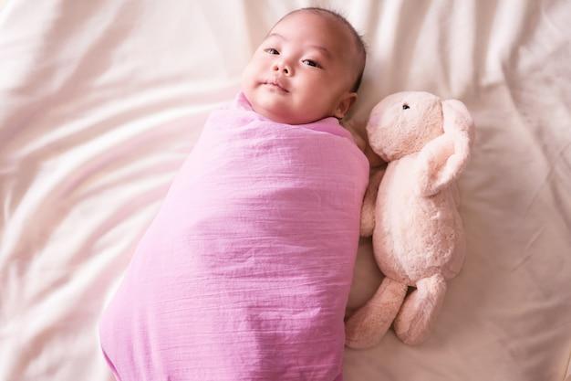 Bebê fofo deitado na cama. recém-nascido dormindo. dois meses. infantil