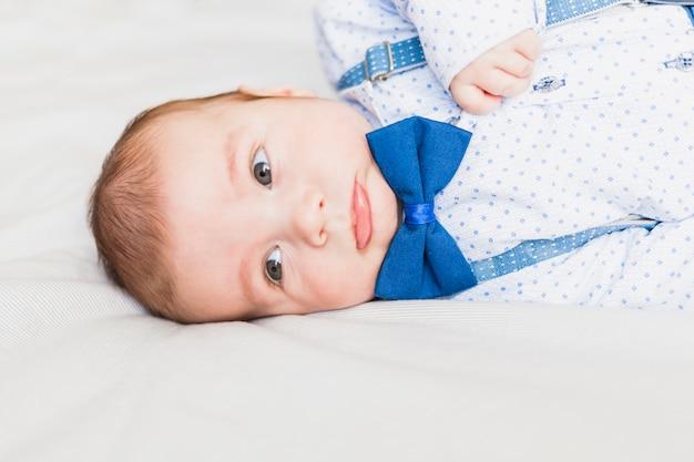 Bebê fofo e elegante usando gravata borboleta