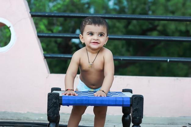 Bebê fofo indiano com expressão
