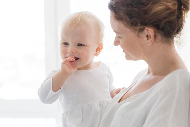 Bebê fofo junto com a mãe