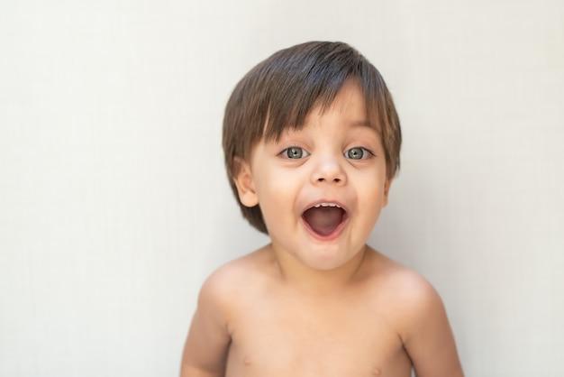 Bebê fofo menino criança - abrindo a boca