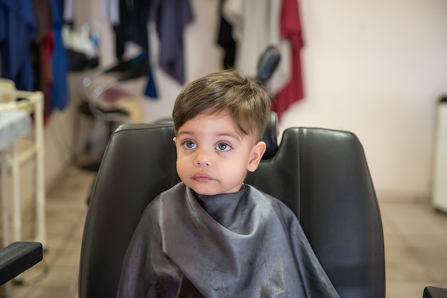 Bebê fofo menino criança - corte de cabelo