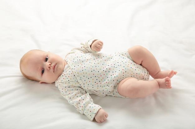 Bebé fofo na cama com espaço de cópia