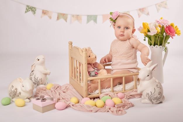 Bebê fofo na composição de páscoa