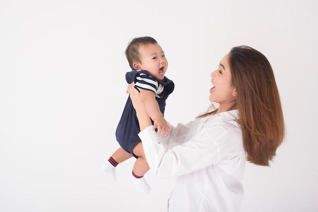 Bebê fofo recém-nascido feliz e linda mãe