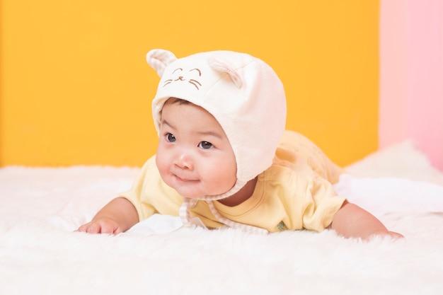 Bebê fofo recém-nascido feliz em estúdio