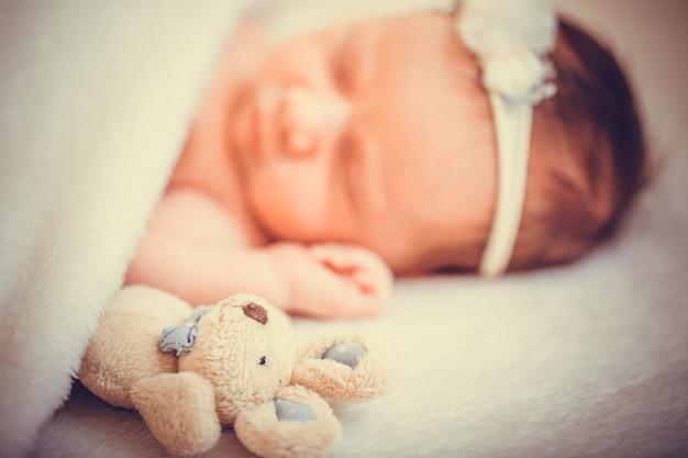 Bebê fofo recém-nascido pequeno