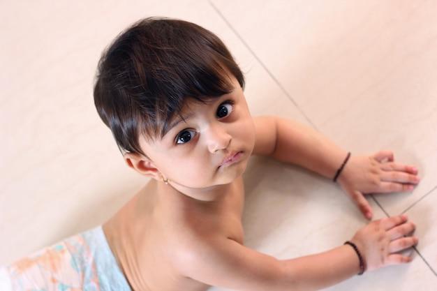 Bebê indiano na fralda