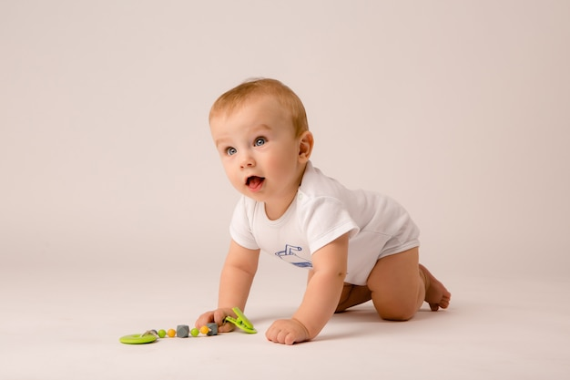 Bebê liying no chão
