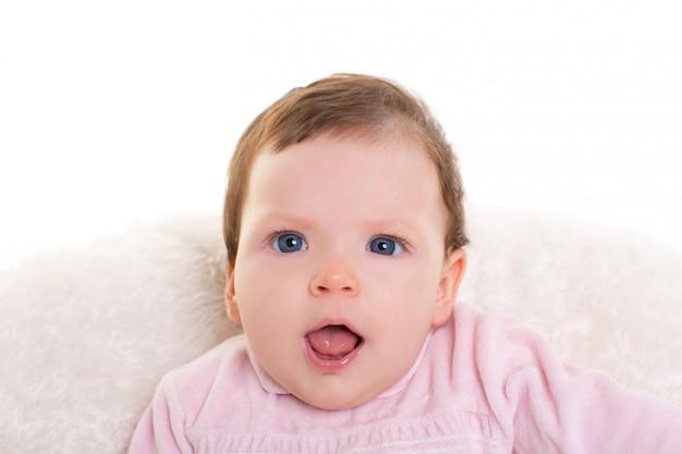 Bebê menina boca aberta gesto engraçado em rosa