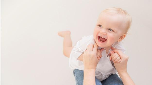 Bebê menina bonitinha brincando com a mãe