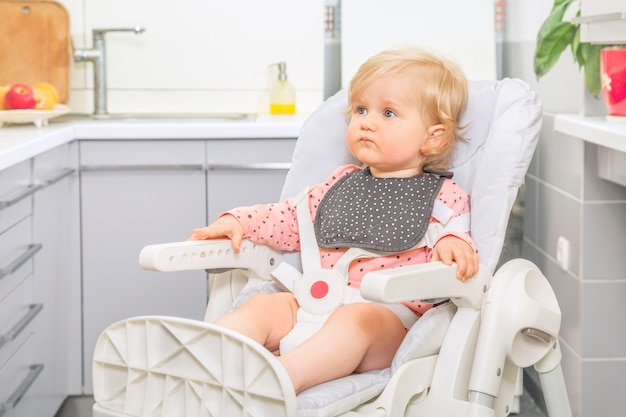 Bebê menina bonitinha em uma cozinha