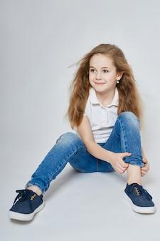 Bebê menina na moda, moda infantil e roupas