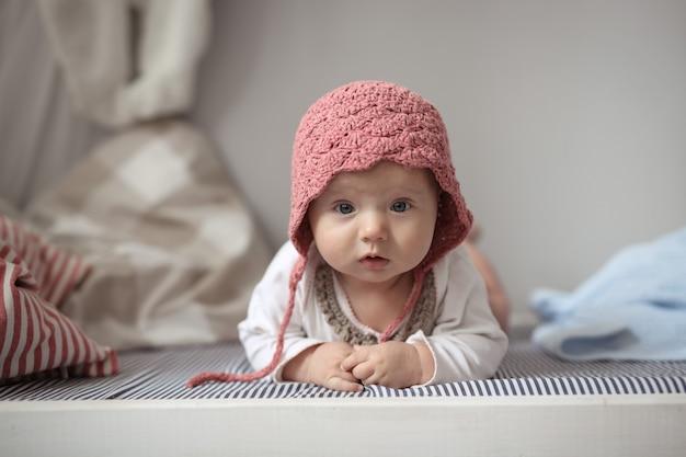 Bebê na tampa no berçário real, segurança e cuidados