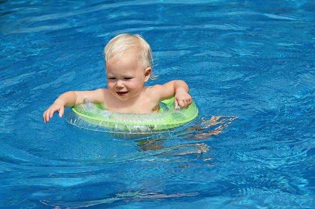 Bebê nadando na piscina