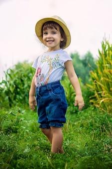 Bebê no campo de milho