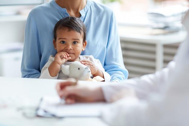 Bebê no consultório médico