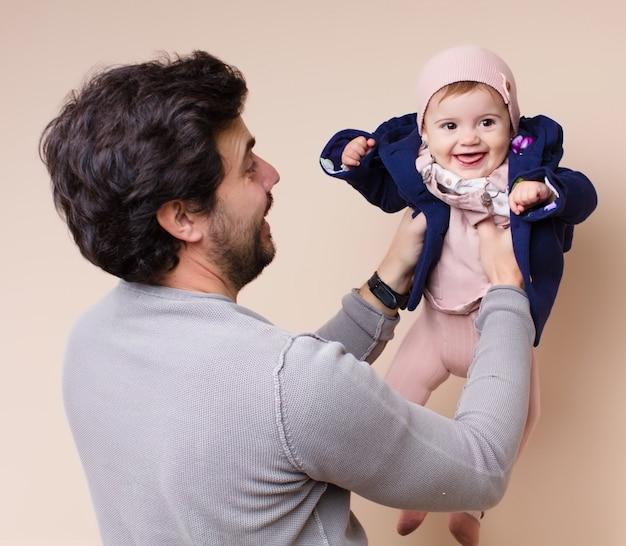 Bebê nos braços do papai voando