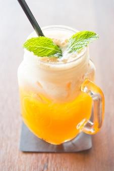 Bebe o suco de manga vista dieta