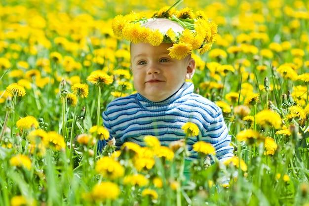 Bebé pequeno em grinalda de flores