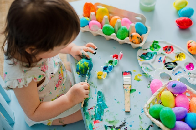 Bebê pintando ovos de páscoa