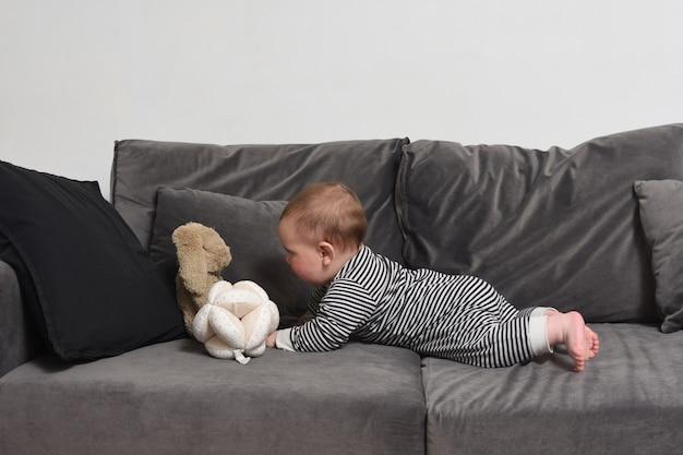 Bebê que quer pegar seu brinquedo e está mentindo em busca dele