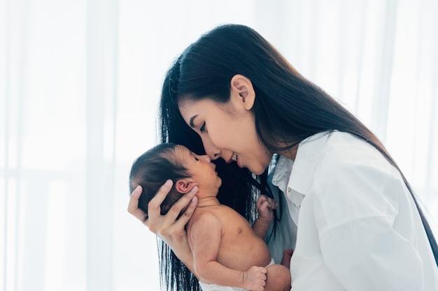 Bebê recém-nascido asiático com a mãe