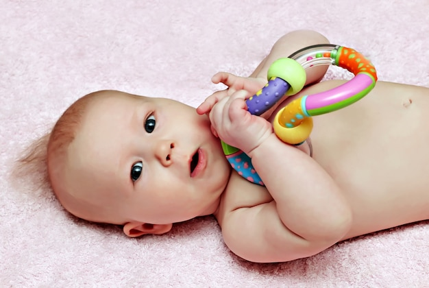 Bebê recém-nascido com chocalho colorfull