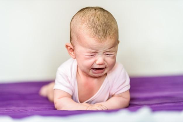 Bebê recém-nascido com raiva e chorando sem conforto.