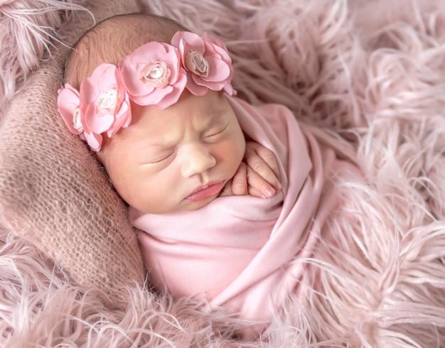 Bebê recém-nascido com sono fofo