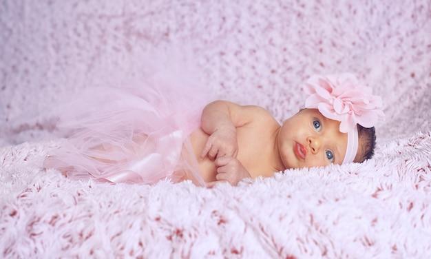 Bebé recém-nascido com tutu cor-de-rosa.