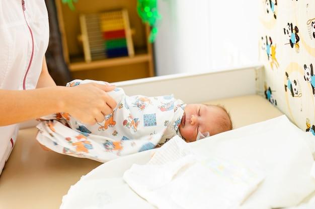 Bebê recém-nascido. criança pequena, em, medicina, hospital