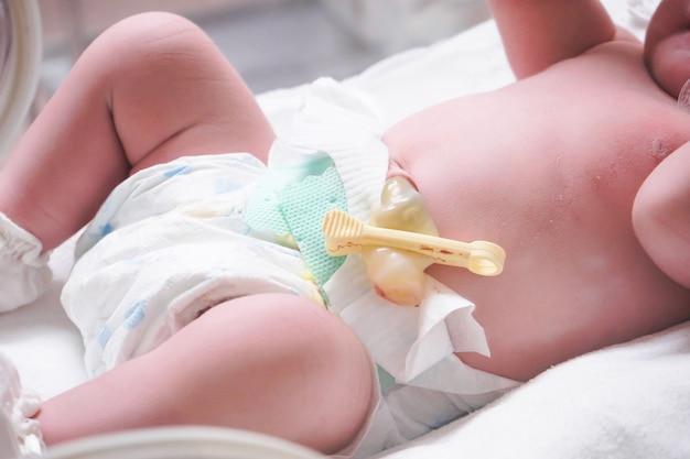 Bebé recém-nascido dentro de incubadora na sala de pós-parto do hospital
