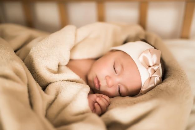 Bebê recém-nascido dormindo docemente no berço