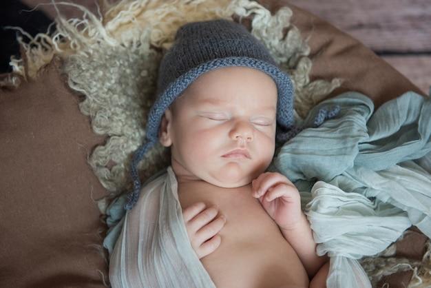 Bebê recém-nascido dormindo em um cobertor. fechar-se