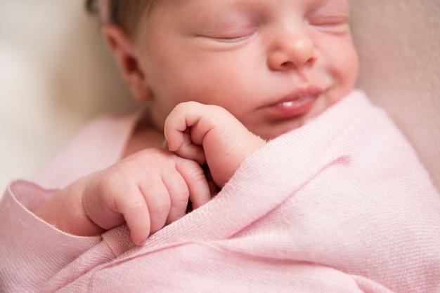 Bebé recém-nascido dormindo em um cobertor