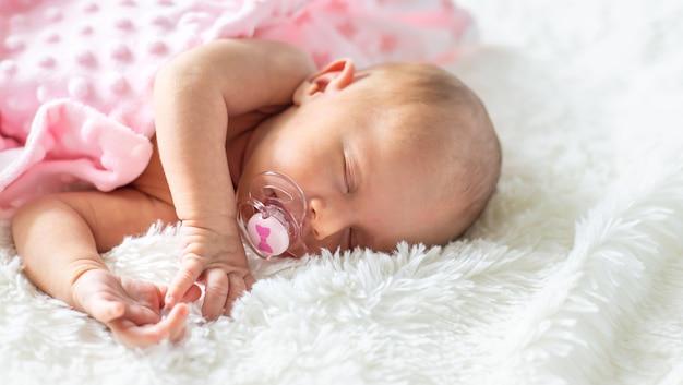 Bebê recém-nascido dormindo sobre um fundo branco. foco seletivo. pessoas.