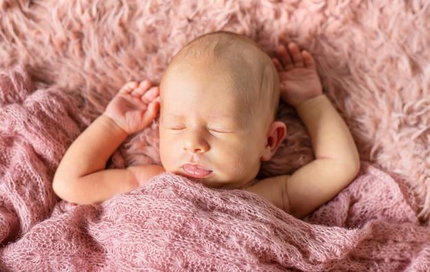 Bebê recém-nascido dormindo