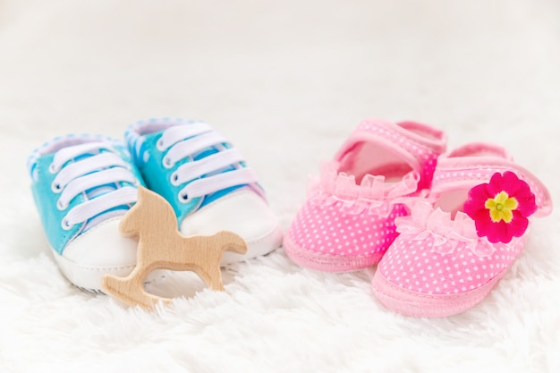 Bebê recém-nascido dos acessórios do menino ou da menina. foco seletivo.
