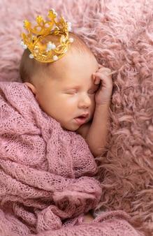 Bebê recém-nascido em uma coroa de menina. foco seletivo. pessoas.