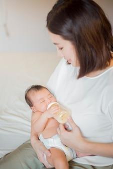 Bebé recém-nascido está bebendo leite por sua mãe