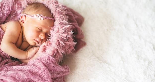 Bebê recém-nascido linda menina