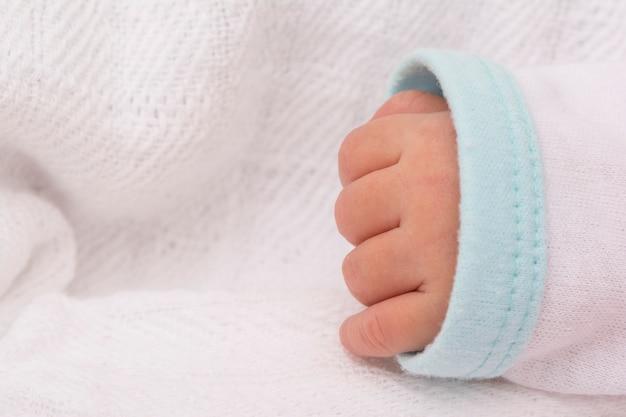 Bebê recém-nascido mão closeup vista em pano branco