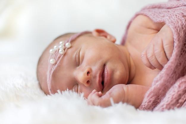 Bebê recém-nascido menina linda. foco seletivo. pessoas.