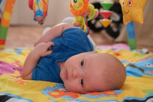 Bebê recém-nascido menino ou menina brincando.