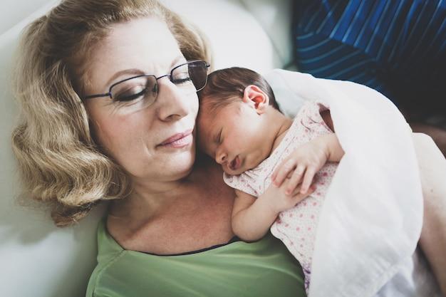 Bebé recém-nascido nos braços das avó.