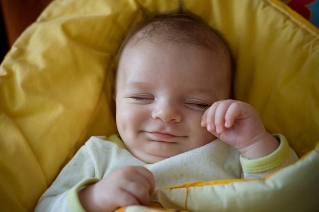 Bebê recém-nascido sorridente dormindo