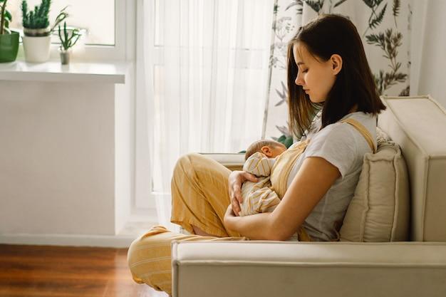 Bebé recém-nascido sugando leite do seio da mãe