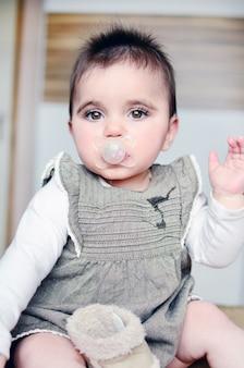 Bebê relaxado com uma chupeta