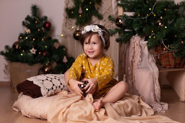 Bebê segurando um balão de natal e sorrindo